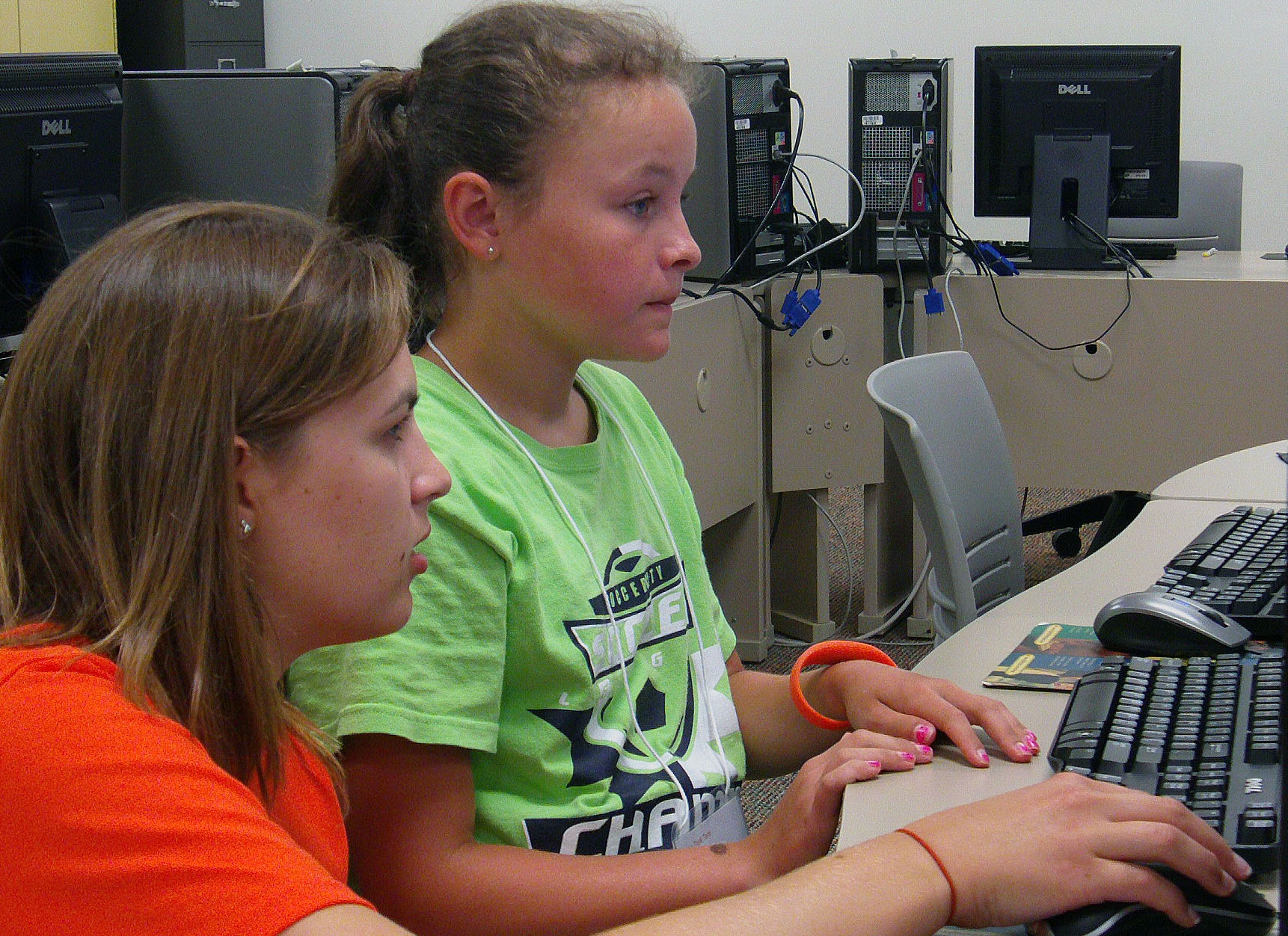 NKU student, Jane Kreutzer, assists Think Tank participant, Karis Pitchford, in creating a blog for her business.